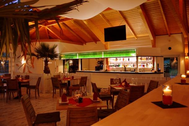 """Gedeckte Tische und Bar im """"Sunset"""" Grill & Event House"""