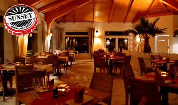 Inneneinrichtung mit Tischen und Stühlen im SUNSET - Grill und Event House