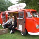 2 Verkleidete Menschen am Kurzurlaub T1 Fanbulli VW Bustreffen Wietzendorf