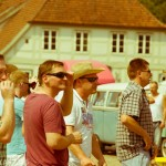 VW Bus Ausfahrt mit den Teilnehmern vor dem Schloss Ludwigslust